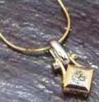 золотая подвеска с алмазом квадратной формы