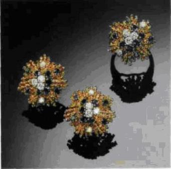 Кольцо и пара серег из золота с бриллиантами в форме стилизованных звезд с лучами