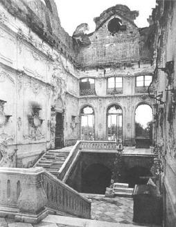 Парадная лестница Екатерининского дворца Фотография. 1944, июнь