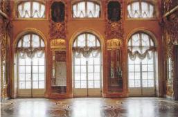 Западная стена воссозданной Янтарной комнаты