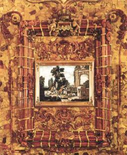 Большая рама со скульптурным декором на античные сюжеты, российской символикой и флорентийской мозаикой
