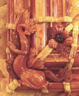 Скульптурные украшения углов Большой рамы янтарь