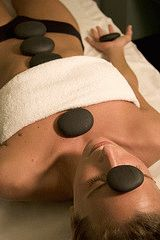 массаж стоунтерапия