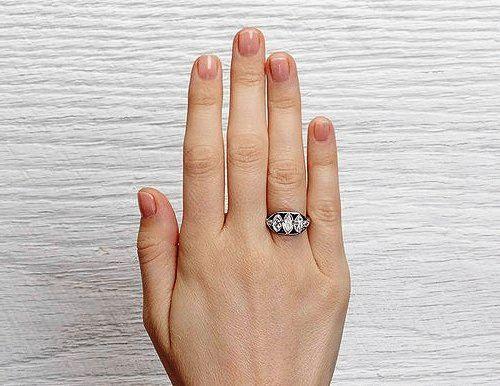 обручальное кольцо из белого золота с сапфиром