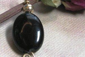 Гагат камень - свойства лечебные и магические, ювелирные украшения с гагатами для знаков зодиака
