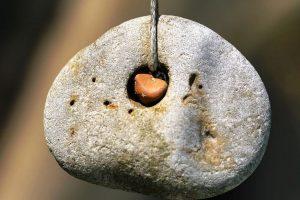 Куриный бог – камень с дырочкой, значение и свойства