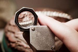 Как пользоваться увеличительной лупой при выборе драгоценных камней