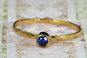 Стоит ли выбрать обручальное кольцо с сапфиром?