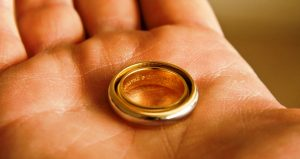 К чему снится кольцо на пальце: найти, надеть, потерять